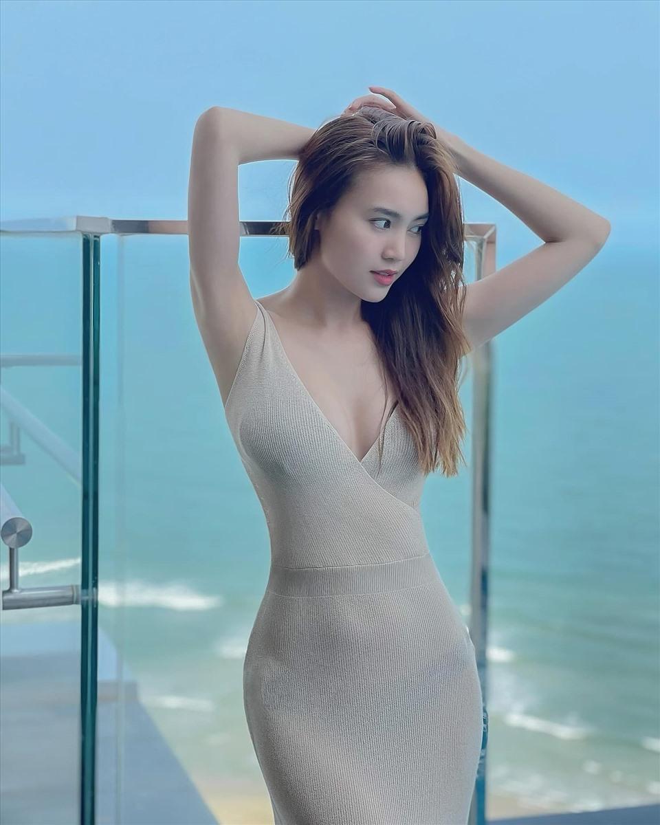 Lan Ngọc diện bộ đầm dệt kim siêu mỏng, tôn trọn vẹn đường cong đồng hồ cát.