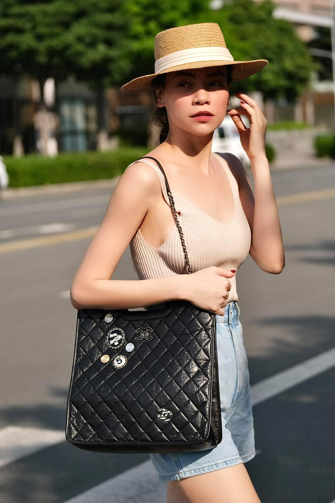 Chất liệu len dệt kim ôm sát body nên rất tôn dáng. Để tránh bị nóng, bạn có thể chọn tanktop dệt kim như Hồ Ngọc Hà.