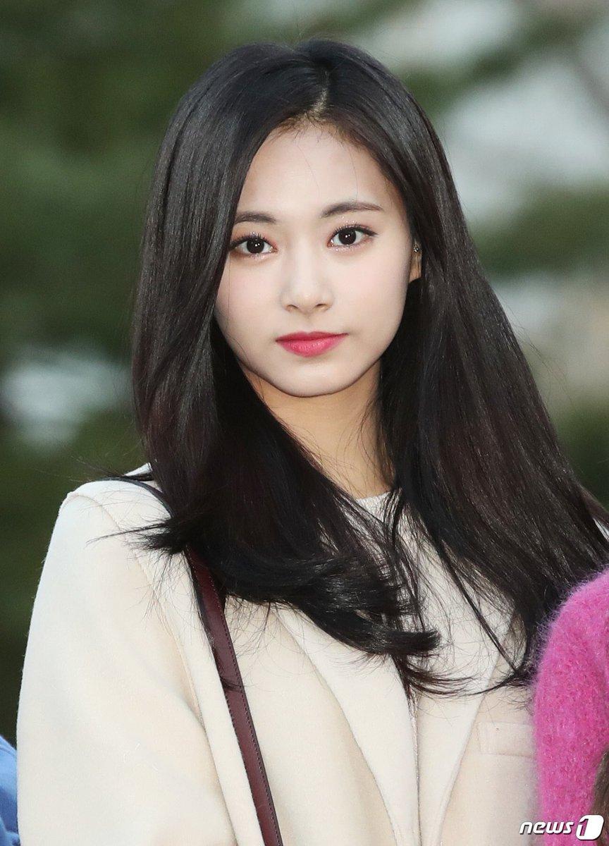 Người hâm mộ cho rằng nếu Tzuyu thuộc SM hoặc YG, visual của cô sẽ còn thần thánh hơn nữa. Nhan sắc của Tzuyu xứng đáng với những phong cách trang điểm xịn xò hơn.