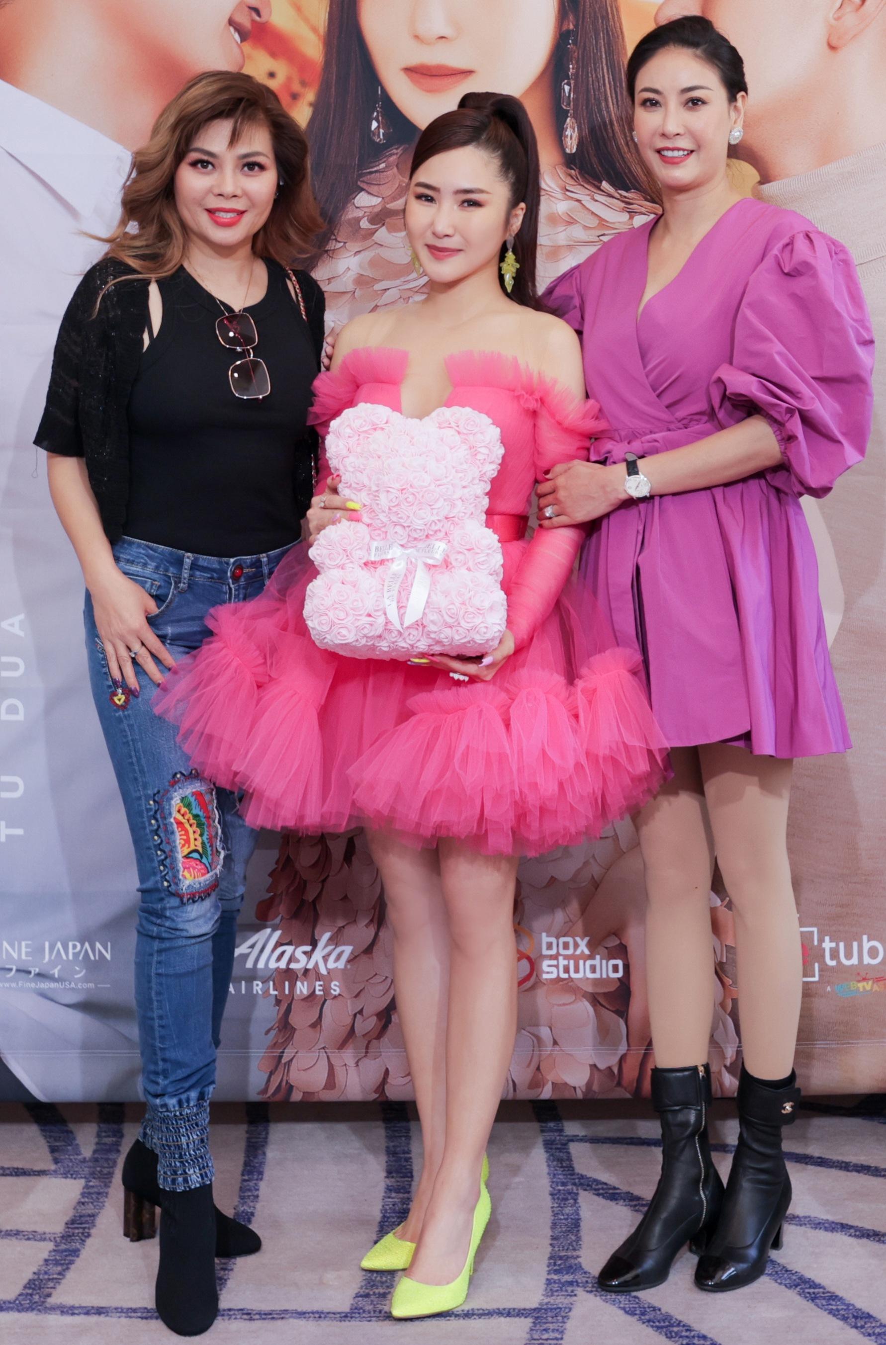 Đến chúc mừng Hương Tràm có Hoa hậu Hà Kiều Anh, ca sĩ Ngọc Ánh.