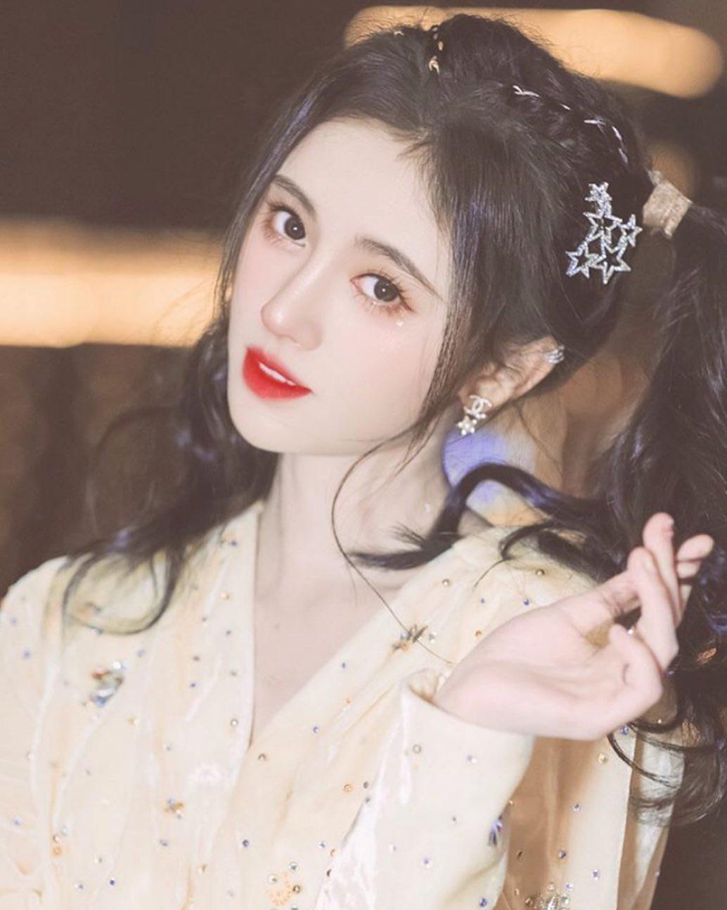 Lối trang điểm của Cúc Tịnh Y phù hợp với tiêu chuẩn sắc đẹp của các cô gái Trung Quốc, giúp cô tạo nên nét quyến rũ, thu hút như một thần tiên tỷ tỷ.