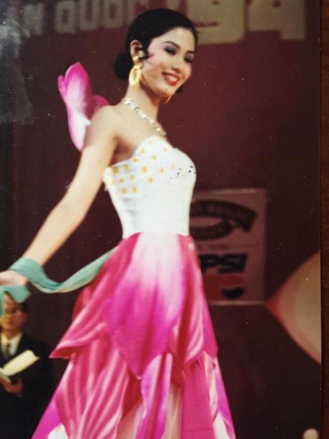 Thời điểm tham dự cuộc thi sắc đẹp đó, Thu Thủy đang ở tuổi 18 rực rỡ. Cô sinh viên Học viện Ngoại giao được đánh giá cao với nhan sắc xinh đẹp, thanh tao cùng trang phục chỉn chu trong từng phần thi.