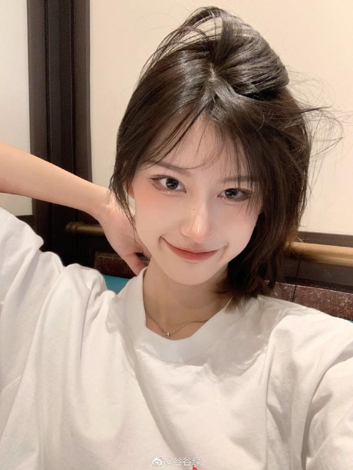 Theo quan niệm của hot girl Trung, mắt có bọng tạo cảm giác ngây thơ, tươi trẻ, đôi mắt hơi sưng như vừa khóc xong, tạo cảm giác mong manh, muốn che chở.