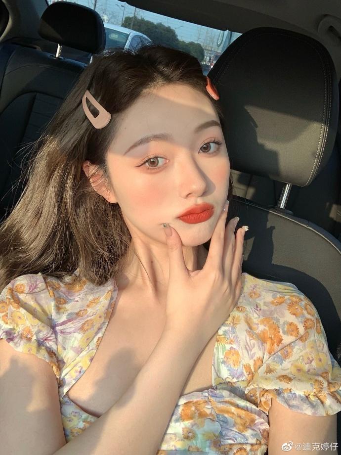 Thay cho kiểu kẻ eyeliner viền sát chân mi có như không có từng thịnh hành ở Hàn Quốc, các cô gái Trung chuộng lối kẻ mắt cũng thật mảnh mai, tuy nhiên có đuôi hất rõ ràng. Cách kẻ này giúp đôi mắt sâu, có sức sống hơn nhưng không quá đà, vẫn giữ được vẻ tự nhiên.