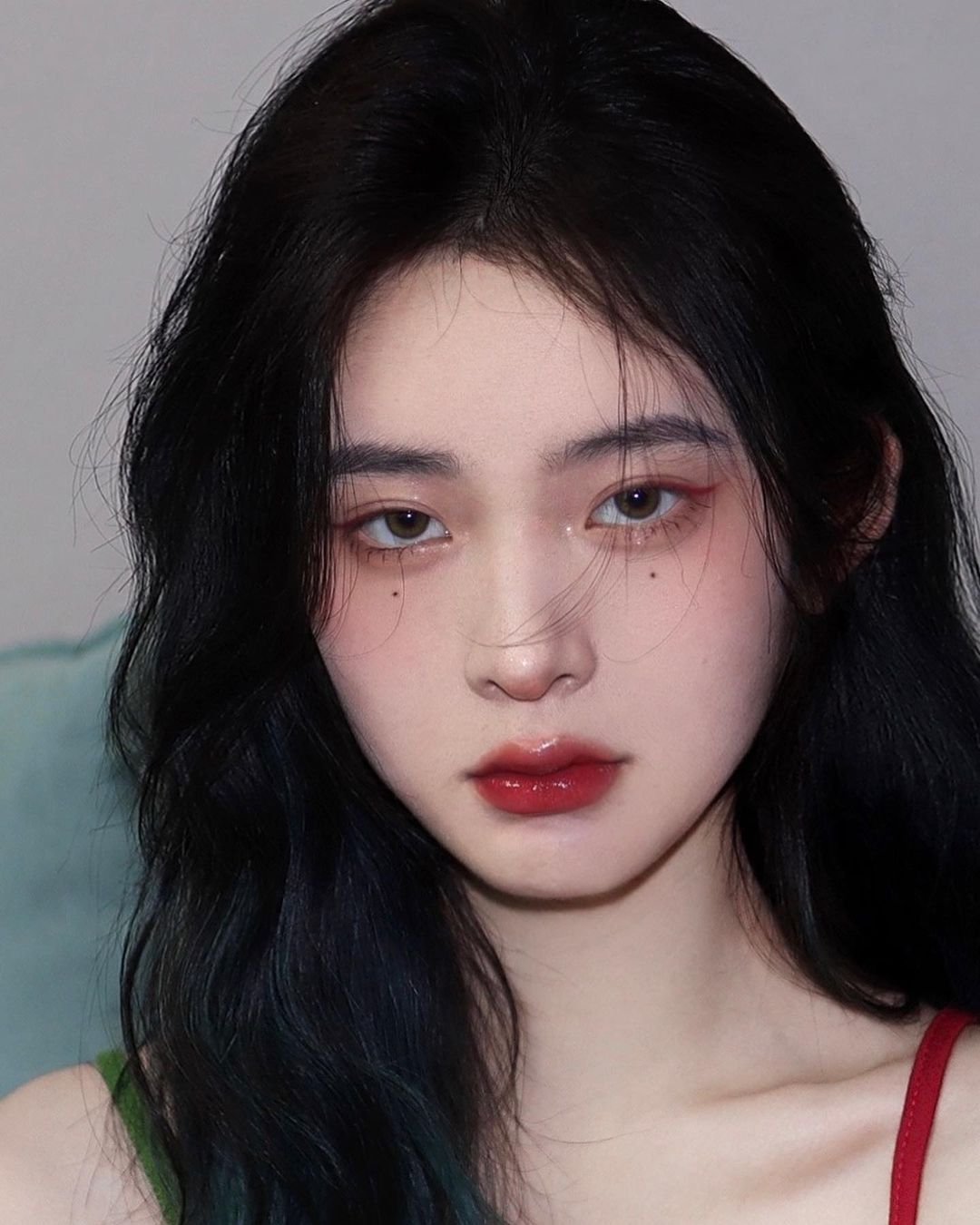 Không chỉ tán nhũ ở bầu mắt trên, phần viền mí mắt dưới và khóe mắt cũng được các hot girl Trung Quốc sử dụng nhũ rất nhiệt tình. Họ thậm chí còn dùng nhiều loại nhũ khác nhau để tán đều khắp đôi mắt, giúp cửa sổ tâm hồn trở nên rất to tròn, long lanh.