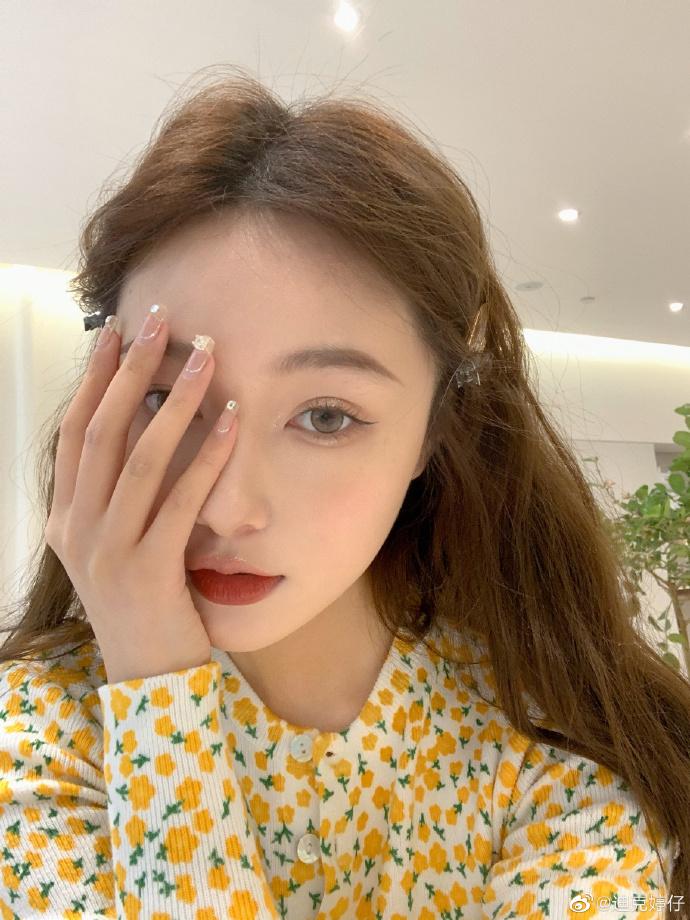 Dù đã được các cô gái Hàn Quốc lăng xê từ lâu nhưng đến gần đây, bọng mắt lớn mới thật sự trở thành trào lưu trong cách làm đẹp của hot girl Trung Quốc. Họ thường tạo bọng mắt giả theo cách phóng đại, trông có vẻ không tự nhiên nhưng lại ghi điểm trong việc giúp mắt to tròn hơn.