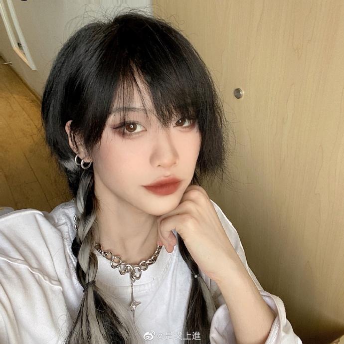 Để tạo bọng mắt giả, các cô gái Trung Quốc thường dùng chì kẻ mày màu nâu nhạt viền tạo bọng mắt, sau đó dùng phấn sáng và nhũ chấm viền mí mắt dưới để làm nổi bọng to tròn hơn.