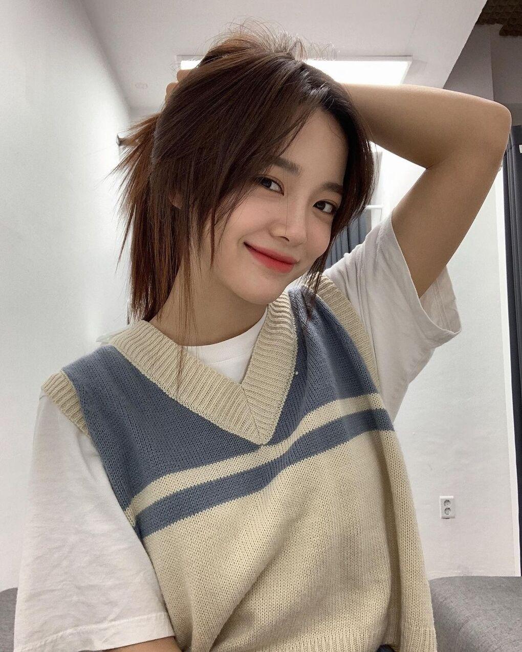 Kim Se Jeong cũng áp dụng công thức gilet len và T-shirt trắng phía trong, lập tức có set đồ xinh xắn chuẩn nữ sinh.