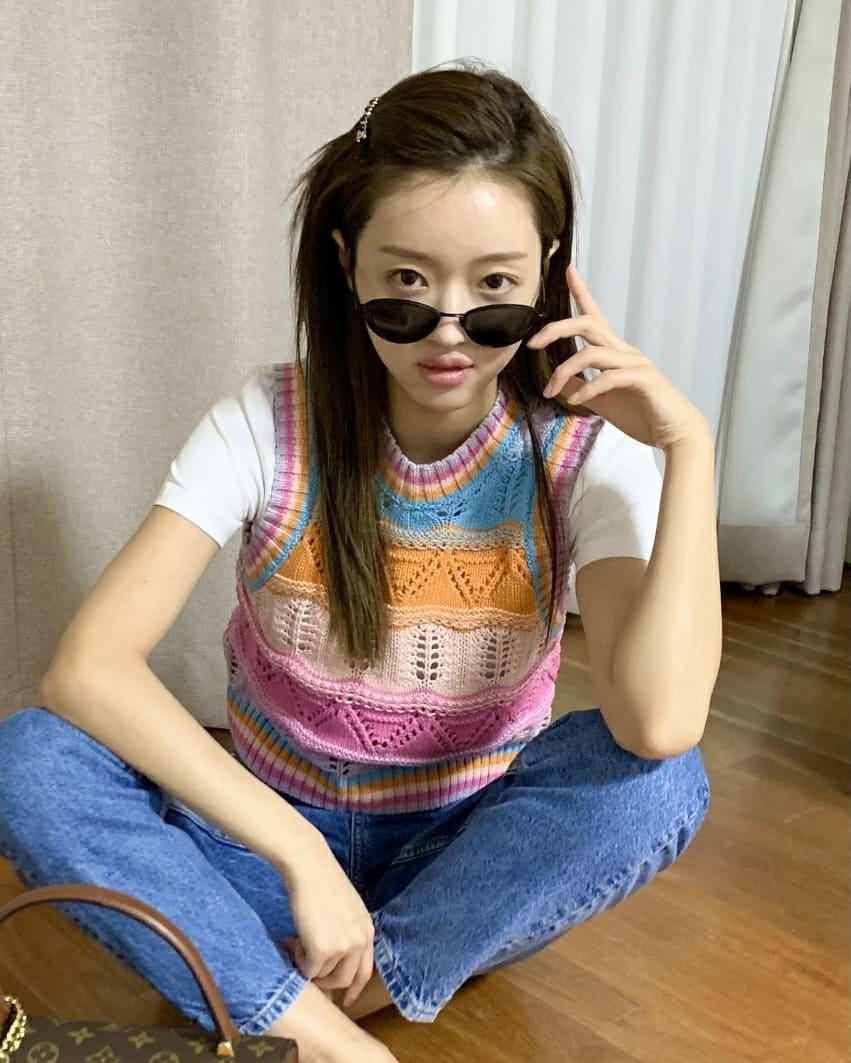 Nếu ngại nóng bức, bạn có thể áp dụng cách phối áo phông và gilet len móc như YooA.
