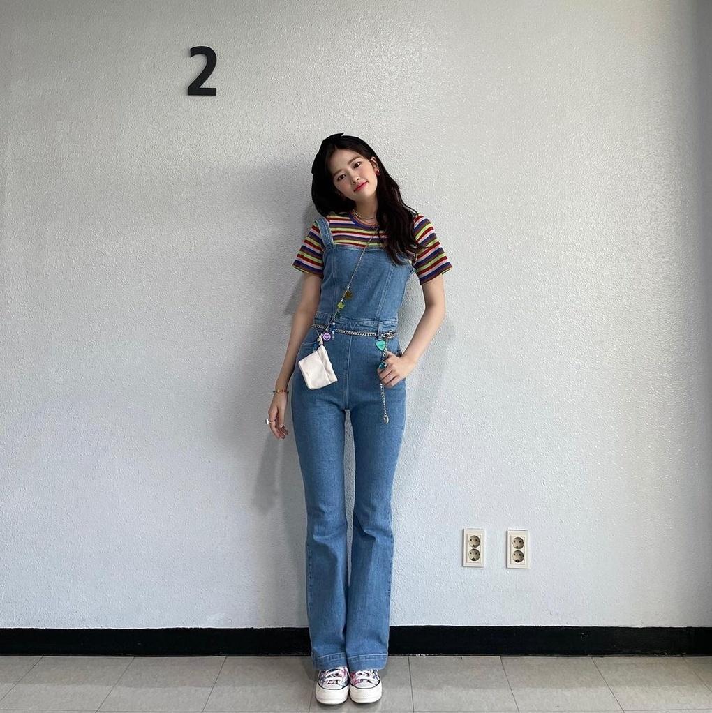 Đồ yếm nhiều năm nay vẫn được các cô gái yêu thích, và năm nay tiếp tục quay trở lại trong thời trang mùa hè. Kiểu đồ này vừa trẻ trung, năng động lại vừa tôn dáng. Ahn Yu Jin