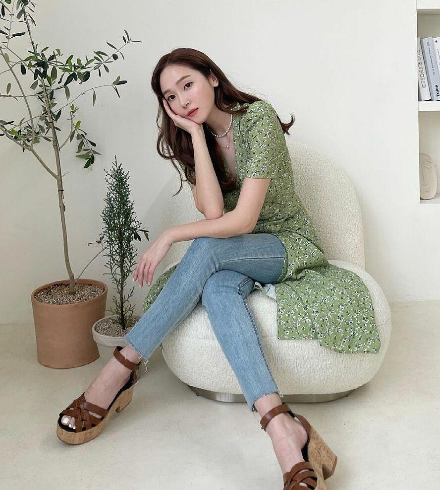 Jessica luôn biết cách giúp mình trở nên nổi bật hơn. Với chiếc đầm hoa nhí xẻ tà, người đẹp biến thành áo và kết hợp cùng quần jeans.