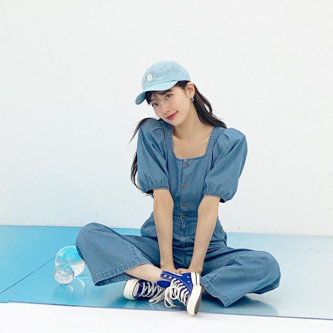 Thay cho kiểu quần yếm quen thuộc, Suzy chọn bộ liền chất denim mỏng, có tác dụng giải nhiệt hơn hẳn. Kiểu dáng cổ vuông, tay bồng cũng tăng độ xinh xắn cho nữ idol.
