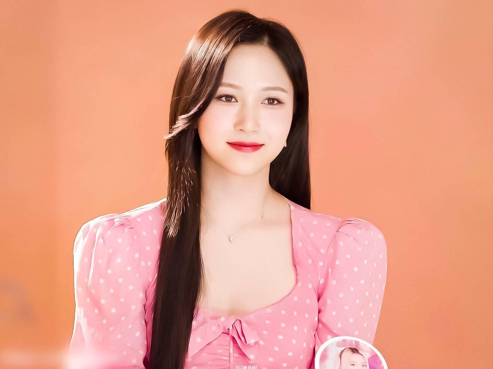 Cô nàng sở hữu gương mặt cân mọi màu tóc, từ mái tóc vàng rực nổi bật như búp bê đến nét đẹp dịu dàng với mái tóc đen dài.