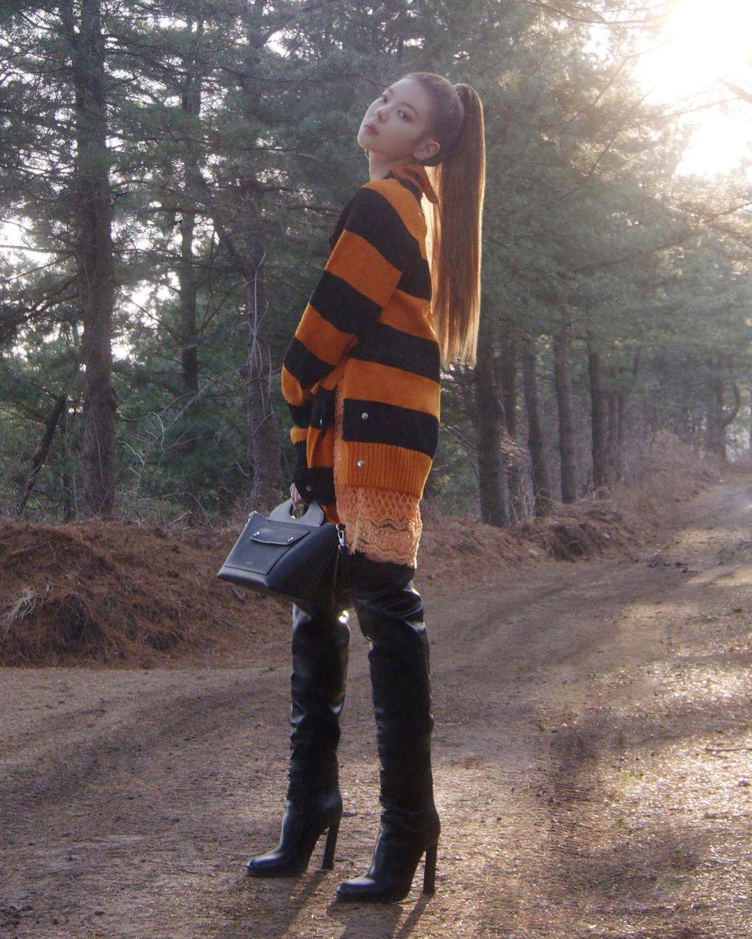 Cách đây không lâu, ITZY cũng thực hiện một bộ ảnh quảng bá cho bộ sưu tập Burberry Xuân Hè 2021. Vốn là một thương hiệu thời trang lâu năm theo phong cách cổ điển, Burberry như được thổi một làn gió mới trẻ trung, cá tính hơn khi bắt tay cùng các idol nhà JYP.