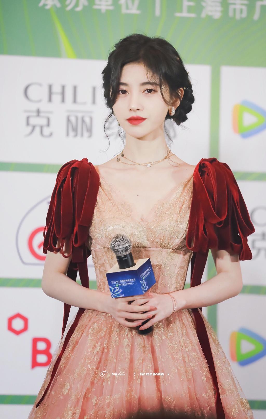 Cúc Tịnh Y gây sốt với nét đẹp lộng lẫy như nàng công chúa Disney trên thảm đỏ giải thưởng Bạch Ngọc Lan. Cô nàng tham dự để quảng bá bộ phim mới cùng nam diễn viên Tằng Tuấn Hy.