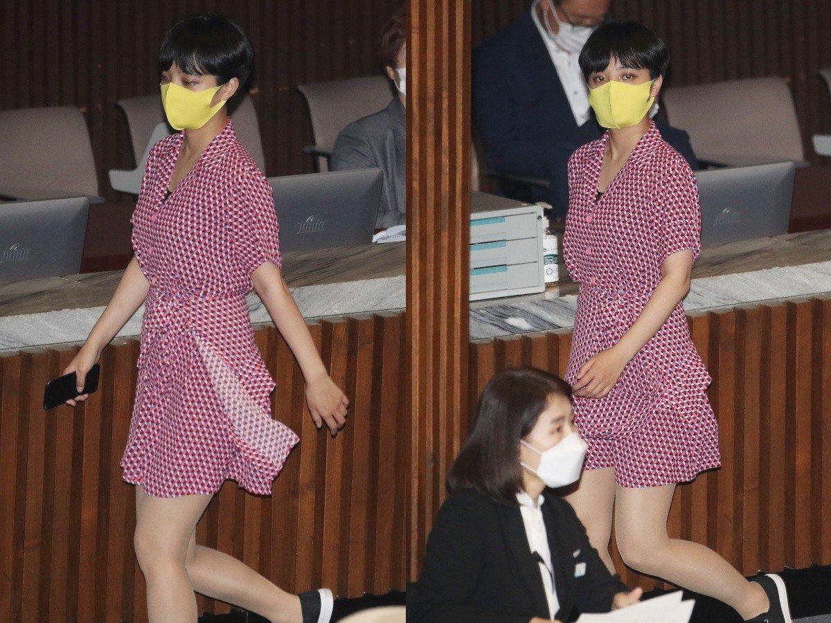 Nữ nghị sĩ Ryu Ho-jeong mặc váy đỏ ở quốc hội Hàn Quốc hồi năm 2020. Ảnh: Yonhap.