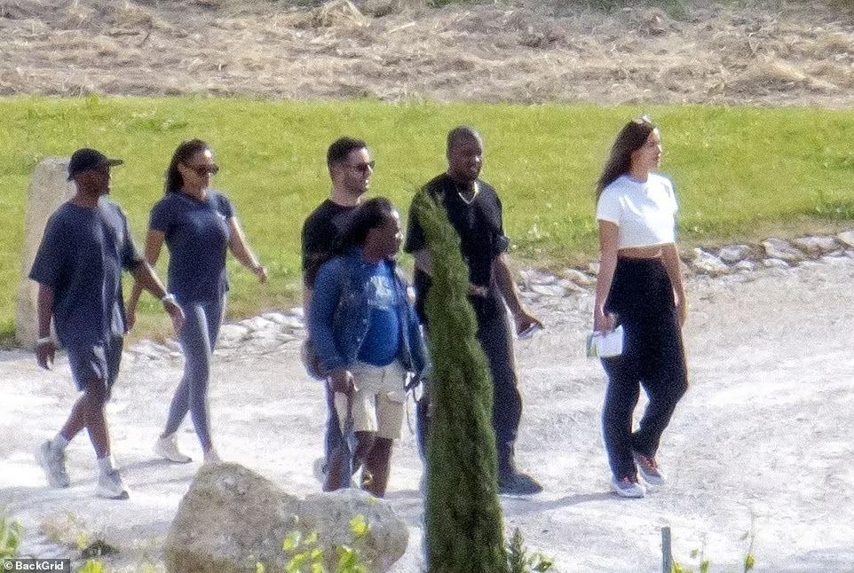 Irina rất thoải mái đi chơi chung với nhóm bạn của Kanye West.