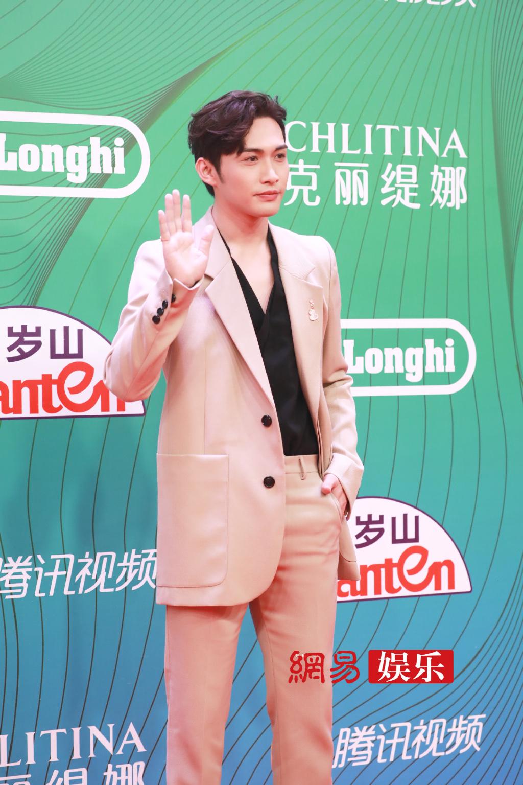 Trương Bân Bân mặc cả set hồng nhưng không hề sến súa mà toát lên thần thái nam tính, quyến rũ.