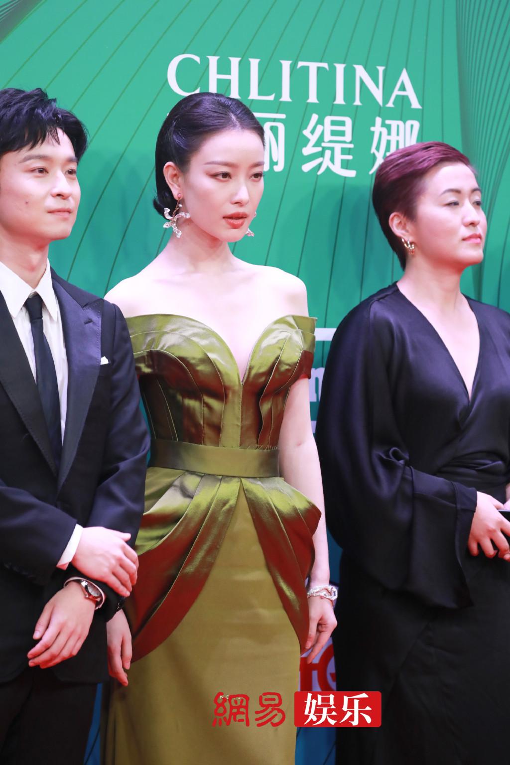 Tạo hình sang chảnh của Nghê Ni trên thảm đỏ chưa bao giờ khiến người hâm mộ thất vọng. Nữ diễn viên cũng nhận đề cử giải Nữ diễn viên chính xuất sắc nhờ tác phẩm Lưu kim tuế nguyệt.