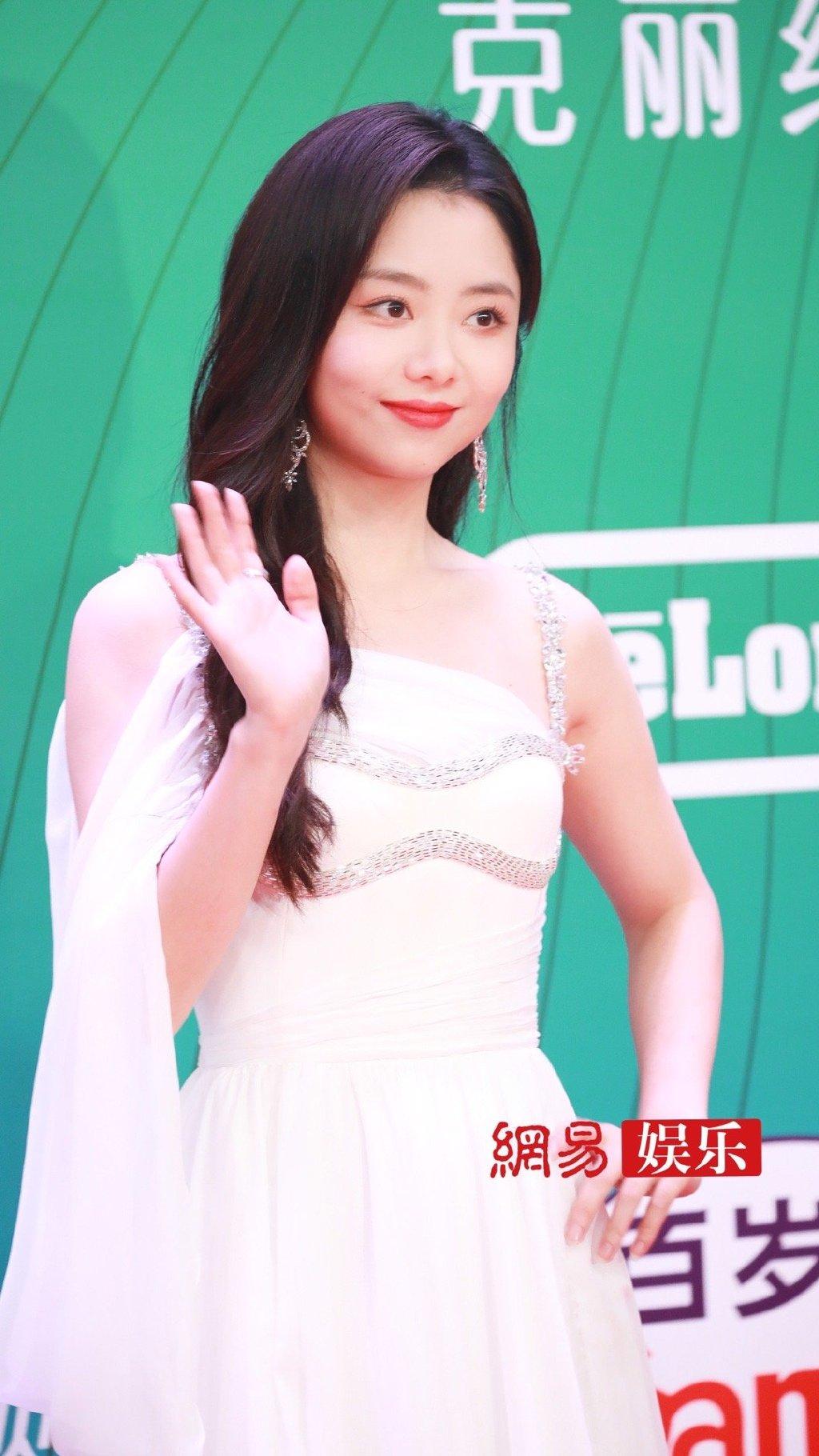 Đàm Tùng Vận đẹp ngọt ngào như thiếu nữ 20. Nữ diễn viên được đề cử giải Nữ diễn viên xuất sắc nhờ vai diễn trong Lấy danh nghĩa người nhà.