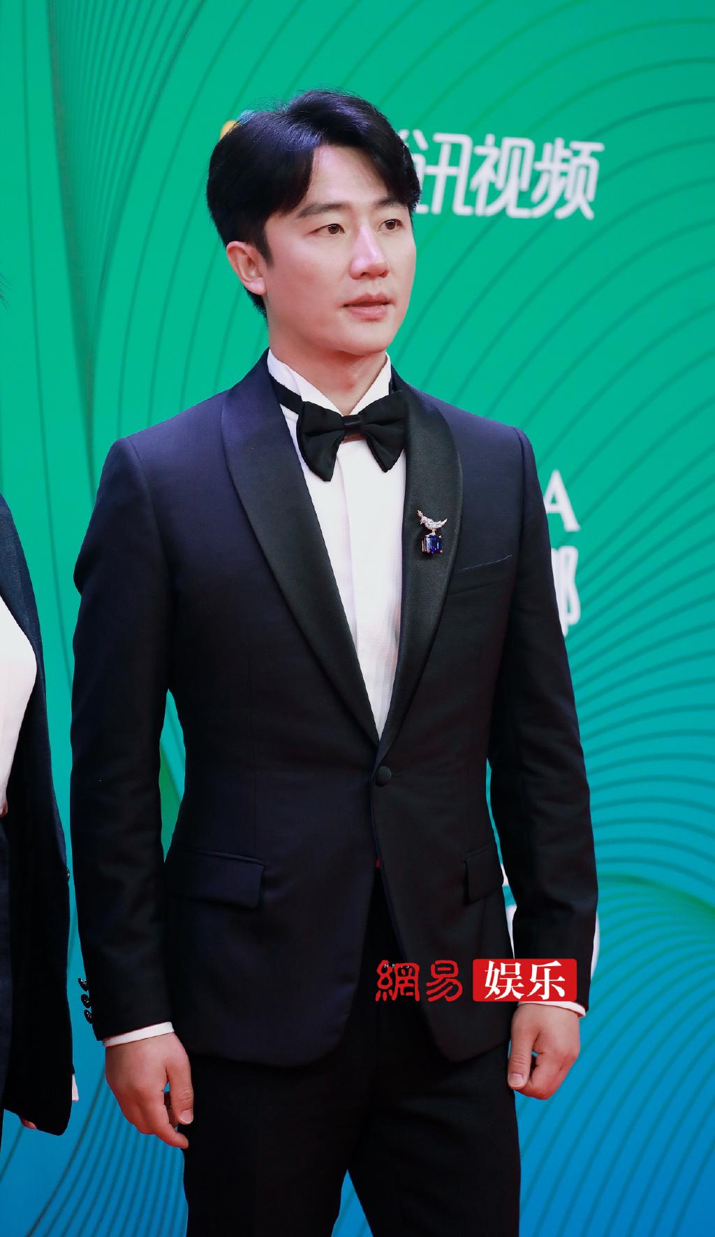 Hoàng Hiên gây bất ngờ với hình ảnh tăng cân, phát tướng trên thảm đỏ.