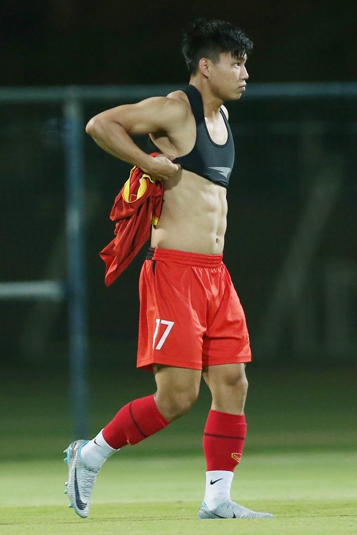 Cơ bụng múi nào ra múi đó của nam cầu thủ dễ khiến fan girl xỉu up xỉu down.