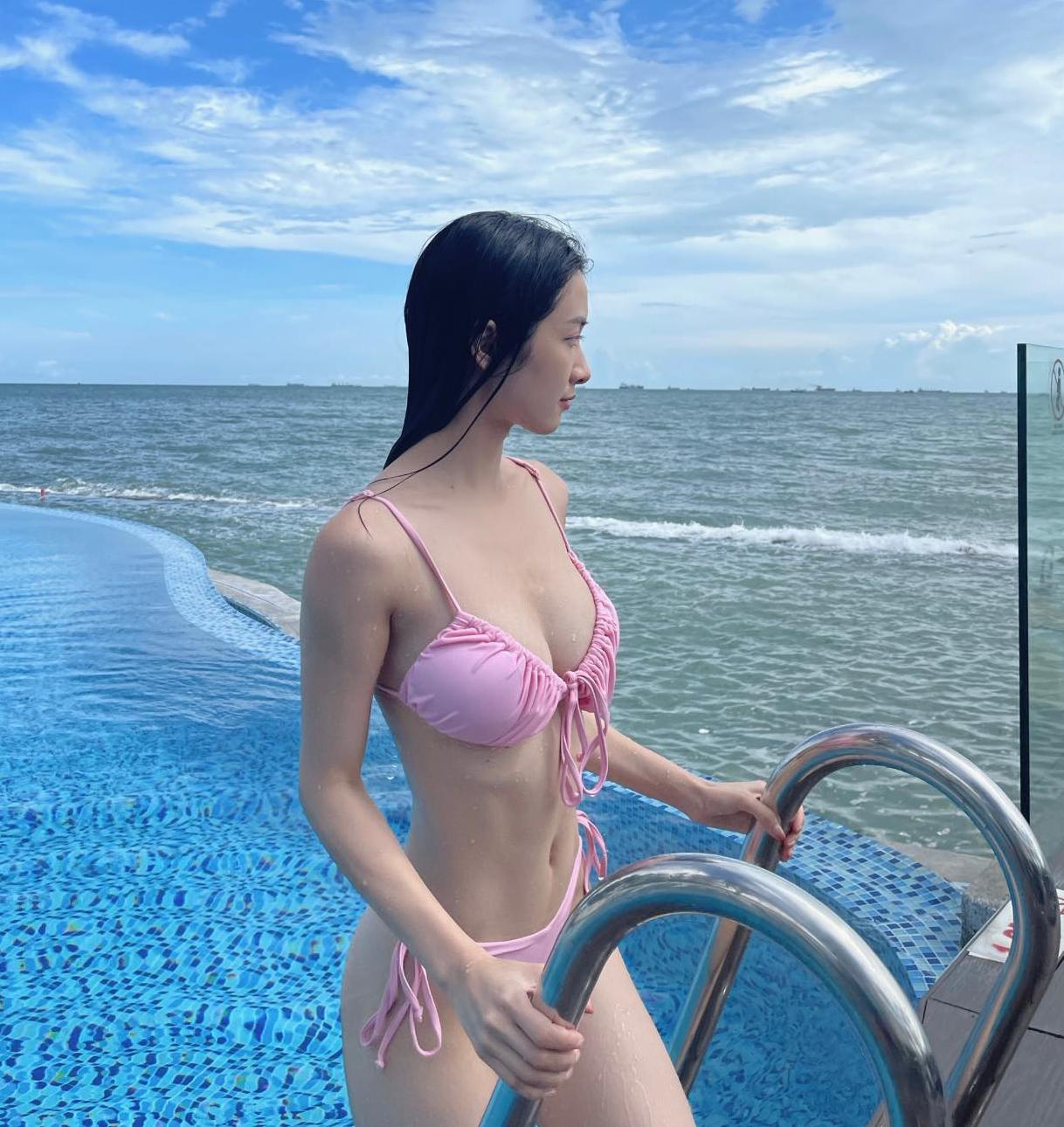 Diện bộ bikini nhỏ xíu, Jun Vũ khoe thân hình quyến rũ, vòng nào ra vòng nấy.