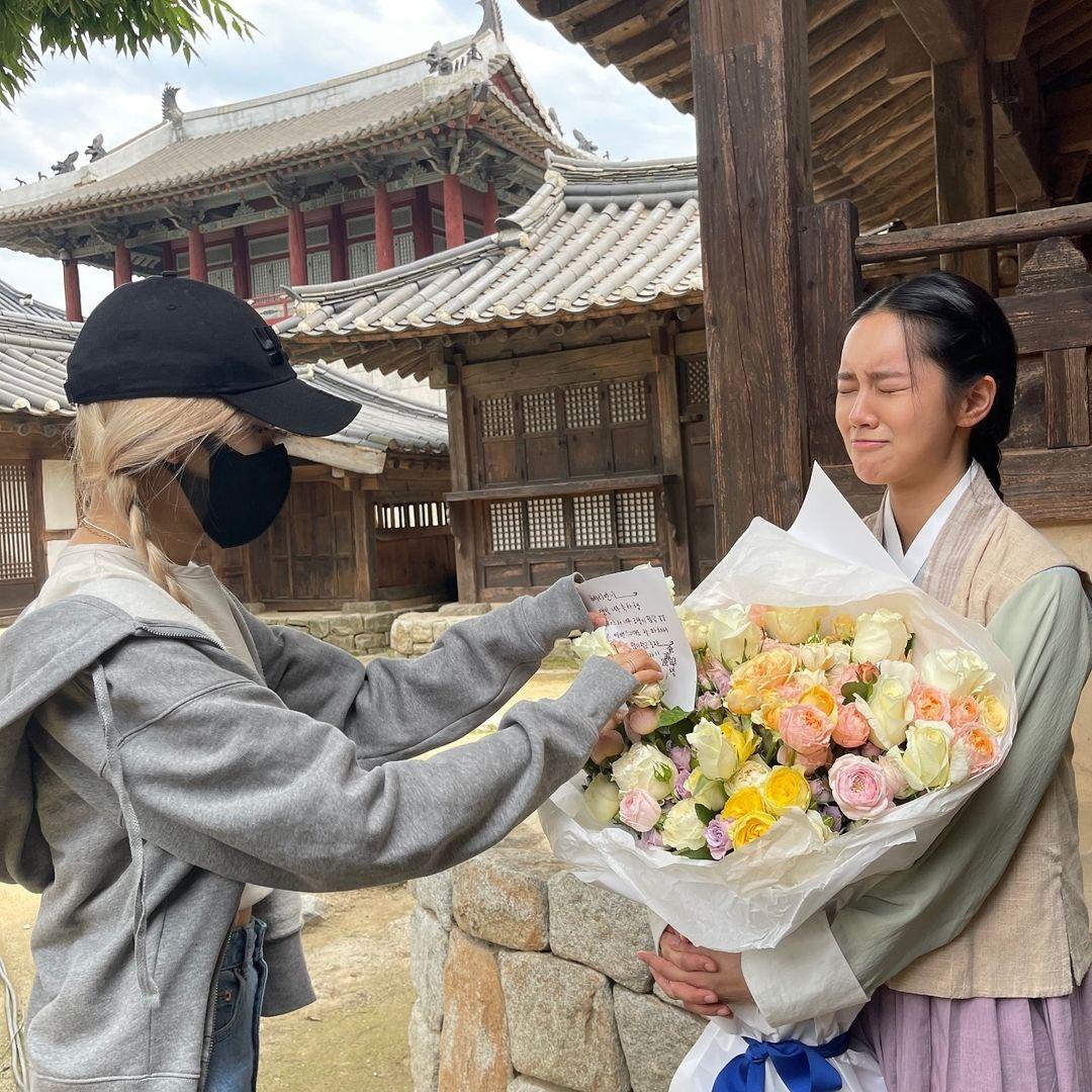 Hye Ri xúc động phát khóc khi Rosé đến tận phim trường tặng hoa mừng sinh nhật cô nàng, kèm tấm thiệp viết tay.