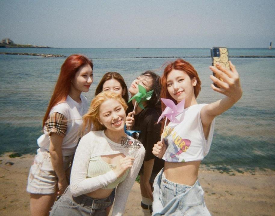 ITZY khiến fan sướng rơn khi liên tục spam ảnh chuyến đi đảo Jeju vừa qua.