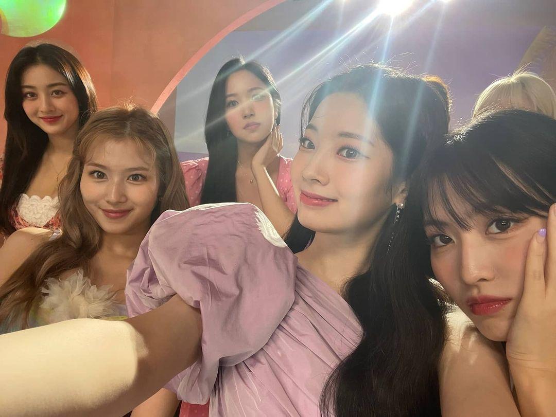 Twice chia sẻ nhiều ảnh hậu trường MV Alcohol-Free với những khoảnh khắc vui vẻ tíu tít của các cô gái.