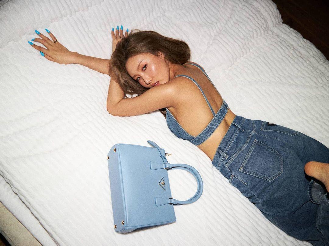 Prada tạo nên một chiến dịch quảng bá phủ sóng mạnh mẽ Instagram của nhiều nghệ sĩ lớn. Ngoài Sana, hàng loạt idol, diễn viên khác cũng làm KOL đồng hành cùng dòng túi Galleria. Ảnh tự chụp của Hwasa được khen trông chẳng khác gì tạp chí cao cấp.