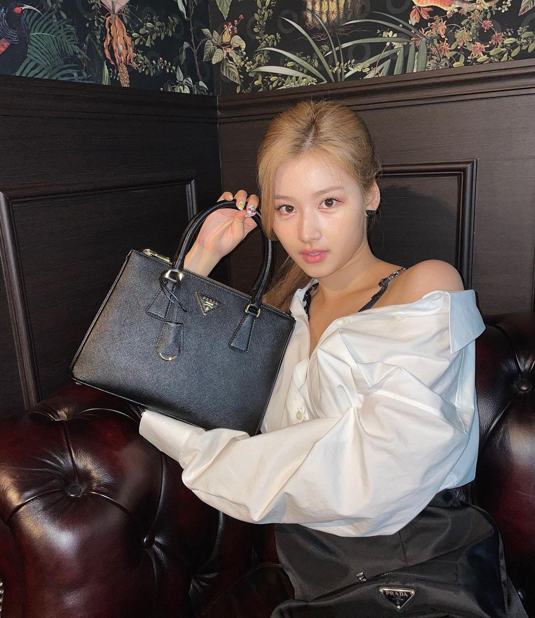 Gần đây, Twice bắt đầu hợp tác trong các chiến dịch quảng bá với nhiều thương hiệu thời trang lớn. Trong đợt quảng cáo dòng túi xách Prada Galleria, Sana được chọn là một trong các KOL. Trên Instagram chính thức của Twice, cô đăng tải hình ảnh diện cây đồ đen trắng, cầm túi trên tay để giới thiệu đến các tín đồ thời trang. Bộ cánh đen trắng của nữ idol được khen sexy và thanh lịch vừa đủ, rất phù hợp với phong cách của chiếc túi.