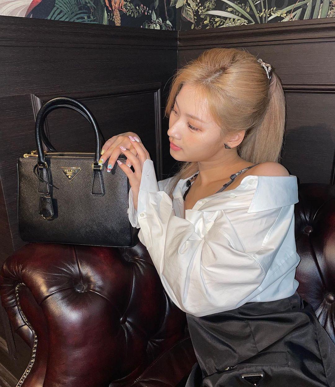 Tuy nhiên lối trang điểm quá nhạt lại khiến Sana bị chê trông như mới ốm dậy. Kiểu chụp hình đơn giản với những cách tạo dáng như cầm túi, nhìn vào túi... của mỹ nhân Twice cũng được nhận xét là quá an toàn và nhàm chán, chưa toát lên tinh thần cao cấp.