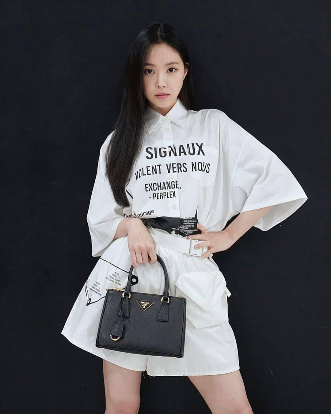 Na Eun cũng được khen là một trong những mỹ nhân rất có khí chất high fashion. Cách phối đồ độc đáo tông trắng của cô kết hợp hoàn hảo cùng chiếc túi xách đen, tạo nên shoot hình rất bắt mắt.