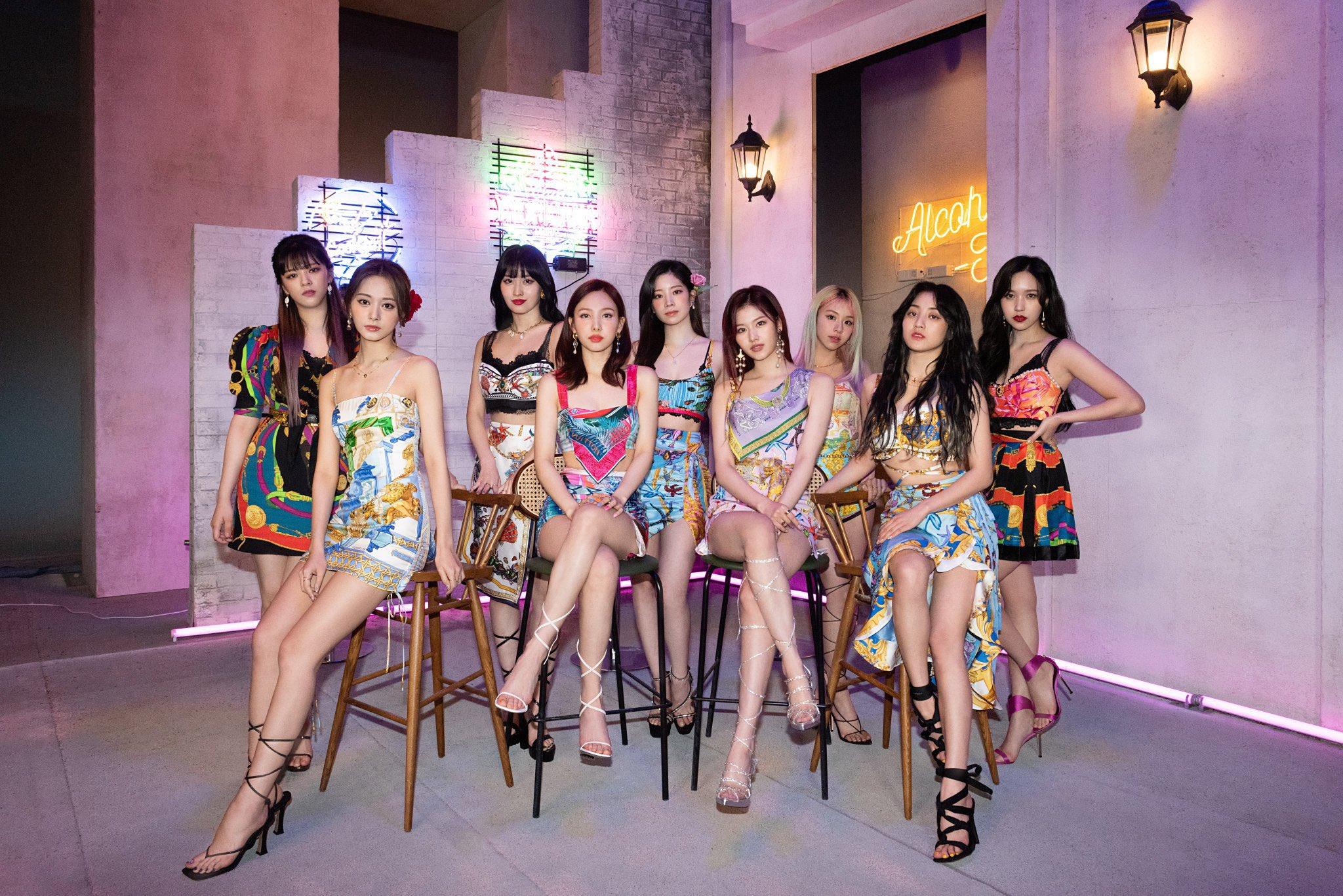 Concept trang phục thứ hai cũng đã được Twice tung ra sau đó và được netizen hết lời khen ngợi. Điều đặc biệt trong những outfit lần này của girlgroup nhà JYP là trang phục được chế từ các kiểu khăn bandana. Stylist đã sử dụng nhiều chiếc khăn họa tiết hàng hiệu khác nhau để biến thành những bộ váy áo rất nổi bật. Vốn là nhóm thường xuyên bị chê mặc xấu, visual lần này của Twice gây bất ngờ vì độ sành điệu, hợp mốt.