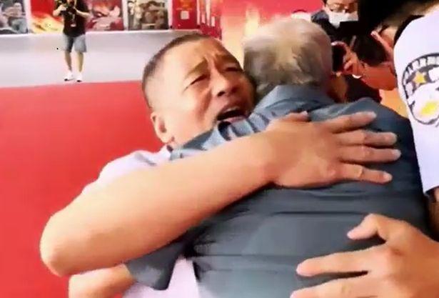Hai cha con ôm chầm lấy nhau sau 58 năm.