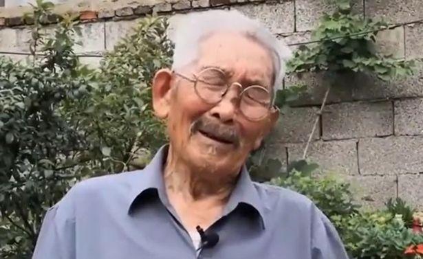 Ông Luo xúc động được gặp con trai sau nhiều năm tìm kiếm