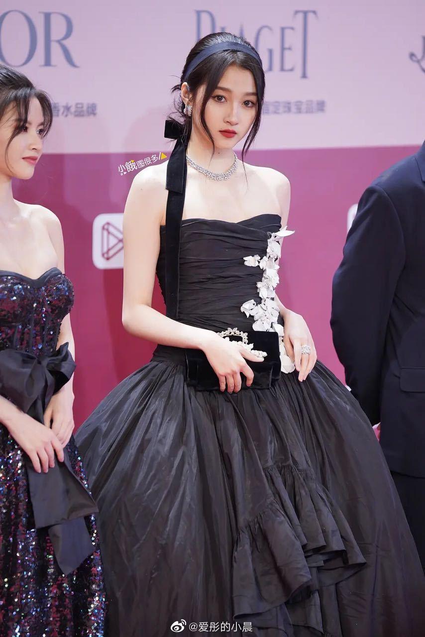 Quan Hiểu Đồng chọn bộ váy đen quyền lực và kiểu make up sắc sảo, quyến rũ khi tham gia sự kiện. Tạo hình lần này của nữ diễn viên nhận nhiều lời khen ngợi, Cnet cho rằng bạn gái Lộc Hàm đã tìm đúng stylist.