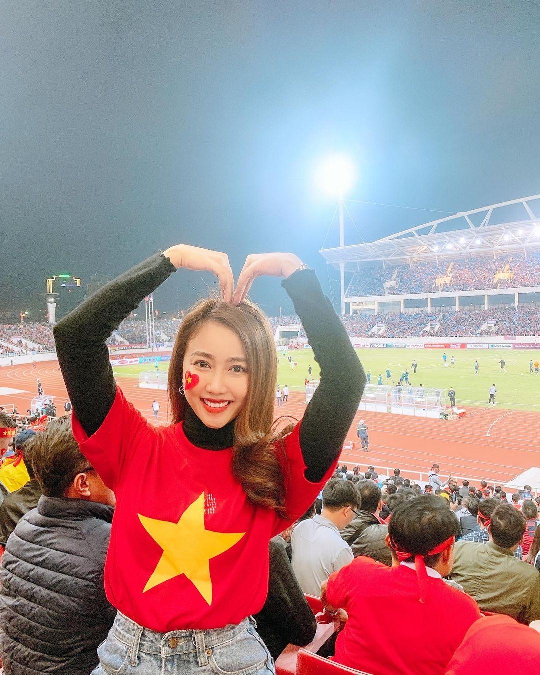 Huỳnh Hồng Loan cổ vũ tuyển Việt Nam trước giờ G.