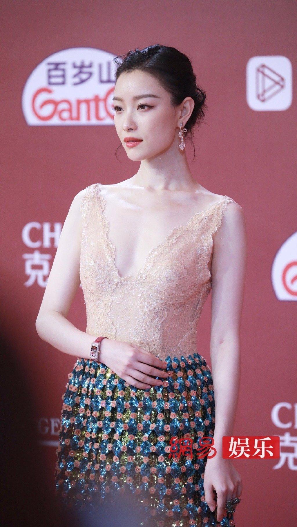 Nghê Ni luôn mang thần thái kiêu sa, mong manh và mặc trang phục nào trên người cũng giống thiết kế cao cấp. Nữ diễn viên sở hữu gương mặt đậm chất điện ảnh, được các đạo diễn ưu ái.