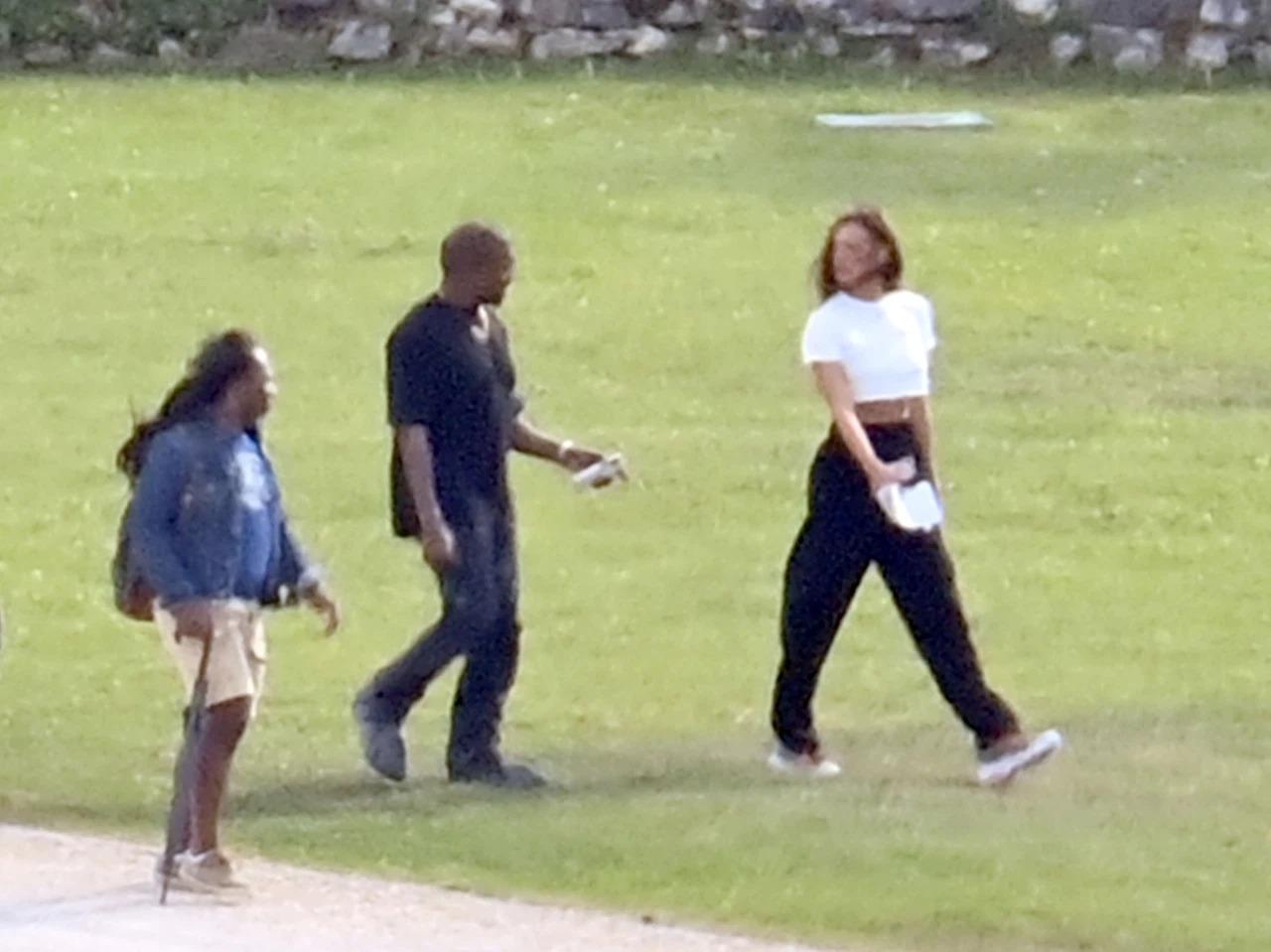 Kanye West đưa Irina Shayk (áo trắng) sang Pháp dự sinh nhật mình. Ảnh: Backgrid.