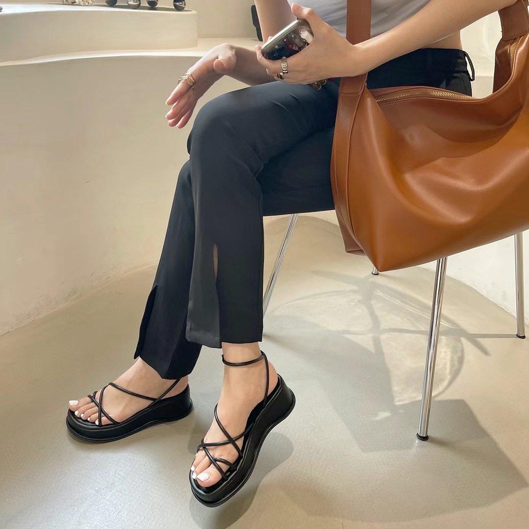 Các kiểu sandals xỏ ngón với phần đế platform vừa giúp các cô gái dễ dàng di chuyển lại không bị nặng nề. Thiết kế quai mảnh giúp bàn chân của bạn thêm phần thanh thoát.