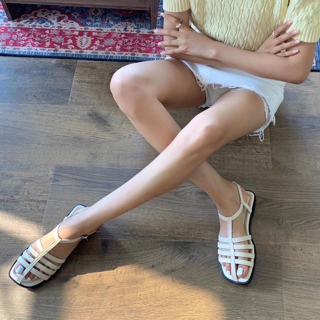 Phần dây đan dày đầu mũi giúp bảo vệ đôi chân, mang đến sự thoải mái tuyệt đối cho người diện. Là sự kết hợp giữa giày và dép nên dép rọ vừa đi chắc chân, ôm khít đầu mũi chân, lại vừa thông thoáng, mát mẻ.