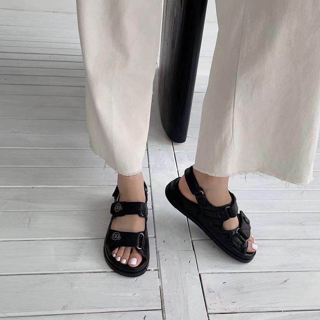 Nếu thuộc hội hầm hố, cá tính, chunky sandals với phần đế dày, quai to bản là xu hướng bạn không nên bỏ qua. Đây là kiểu phụ kiện đặc trưng năm 90, được yêu thích trở lại vài năm gần đây.