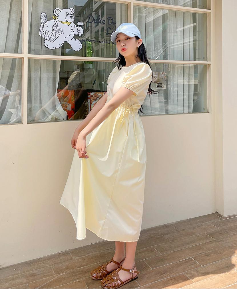 Dép rọ là một trong những kiểu giày dép đang được các cô gái Hàn Quốc yêu thích hơn cả. Không khó để thấy sự xuất hiện của đôi dép này trong street style của các hot girl.