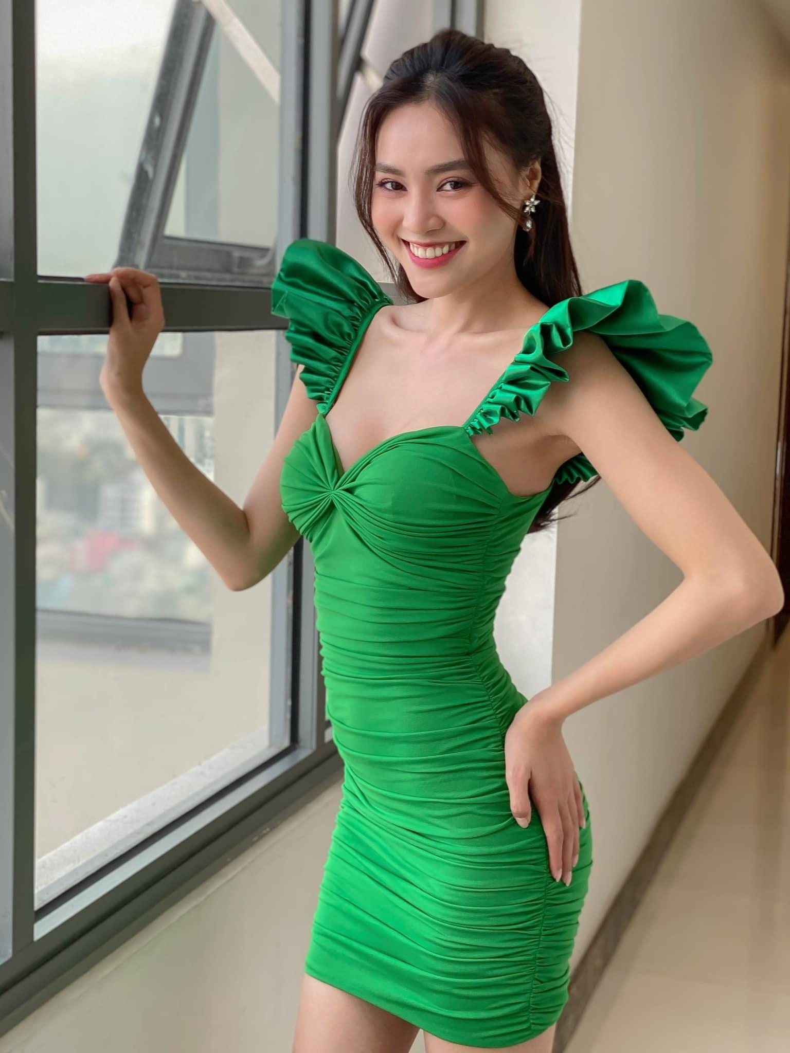 Lan Ngọc diện váy xanh tươi không cần tưới, đứng khoe sắc ngay hành lang tòa nhà.