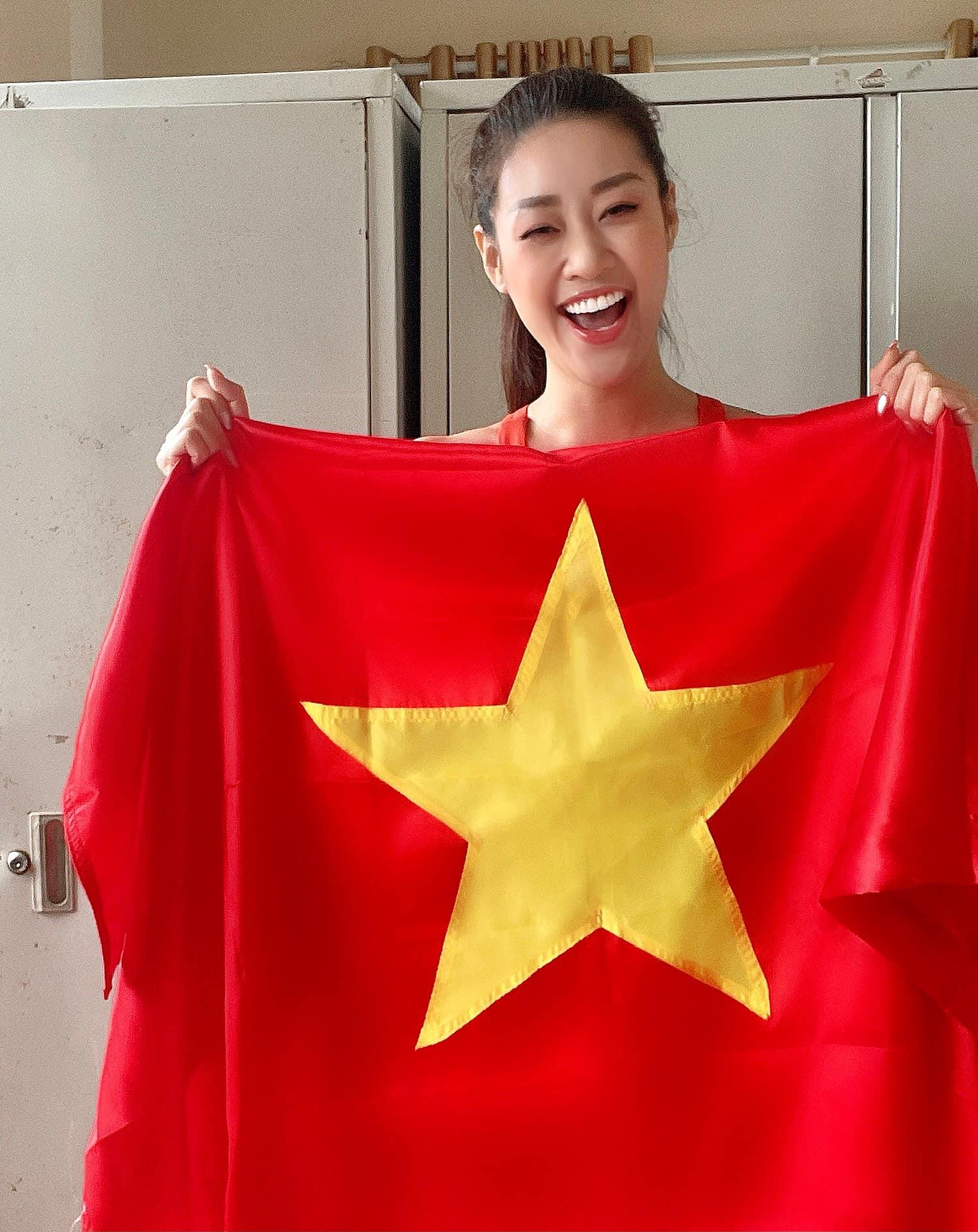 Ở trong khu cách ly, Khánh Vân vẫn giơ cao lá cờ Việt Nam, cổ vũ tinh thần cho đội tuyển trước trận gặp Malaysia tối nay.