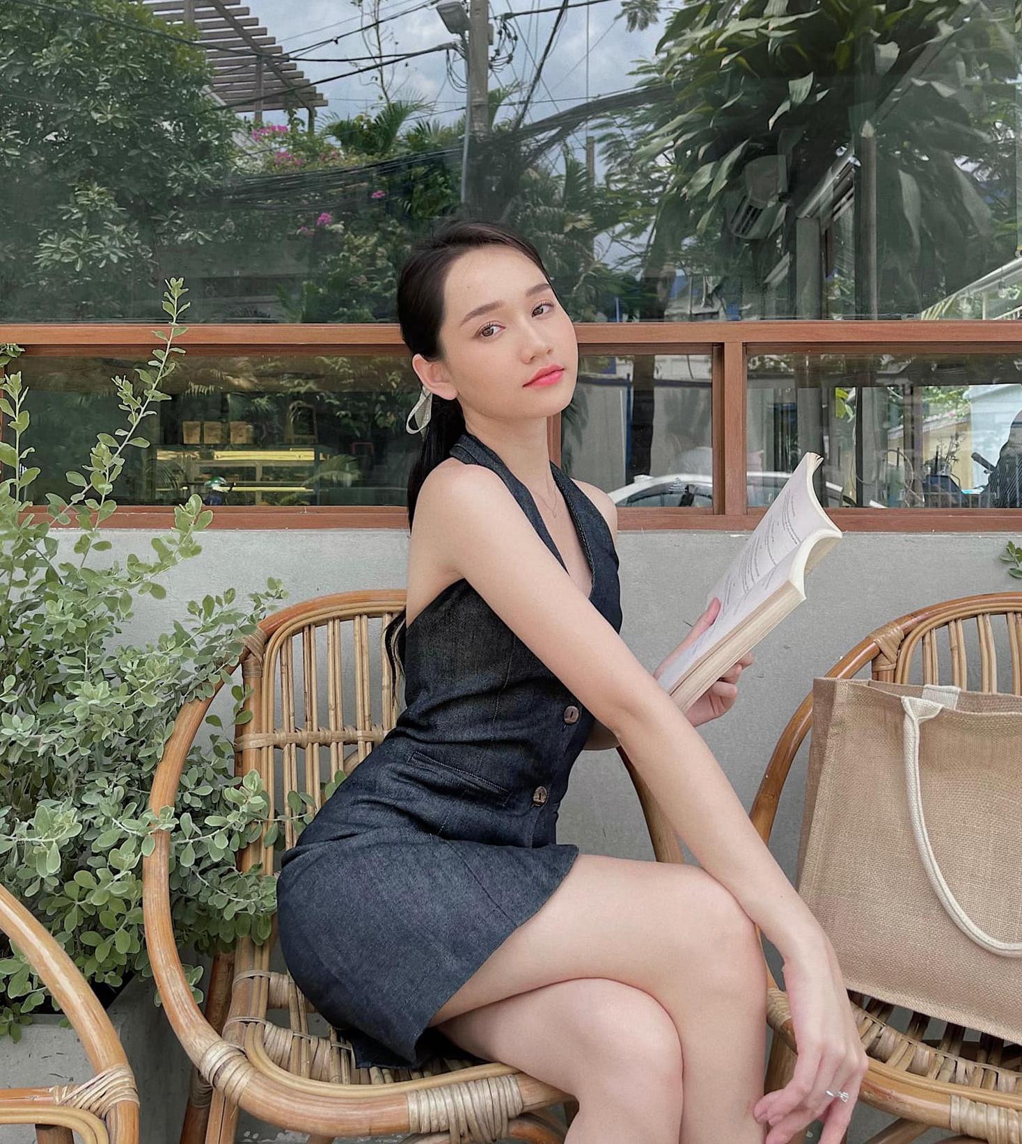 Trúc Anh hóa nàng thơ đẹp mong manh khi ngồi đọc sách.