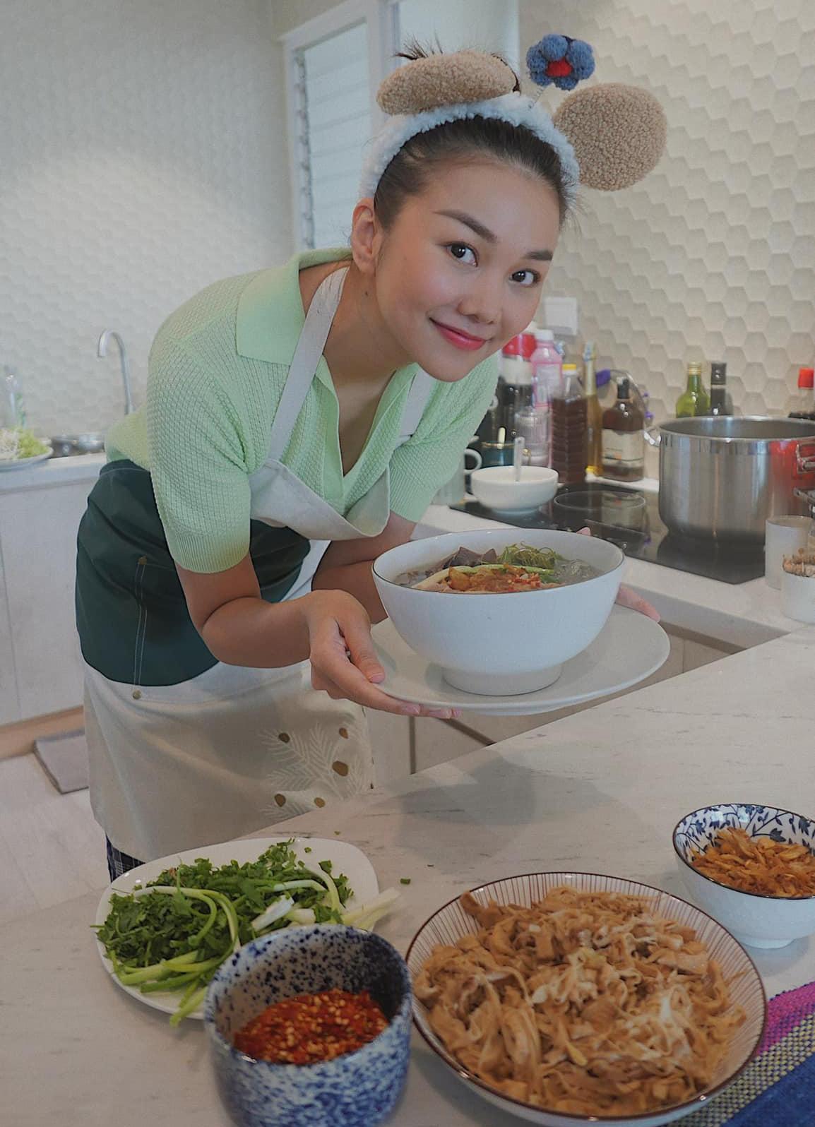 Ở nhà tránh dịch, Thanh Hằng lập tức hóa masterchef với món bún măng vịt trông rất ngon mắt.