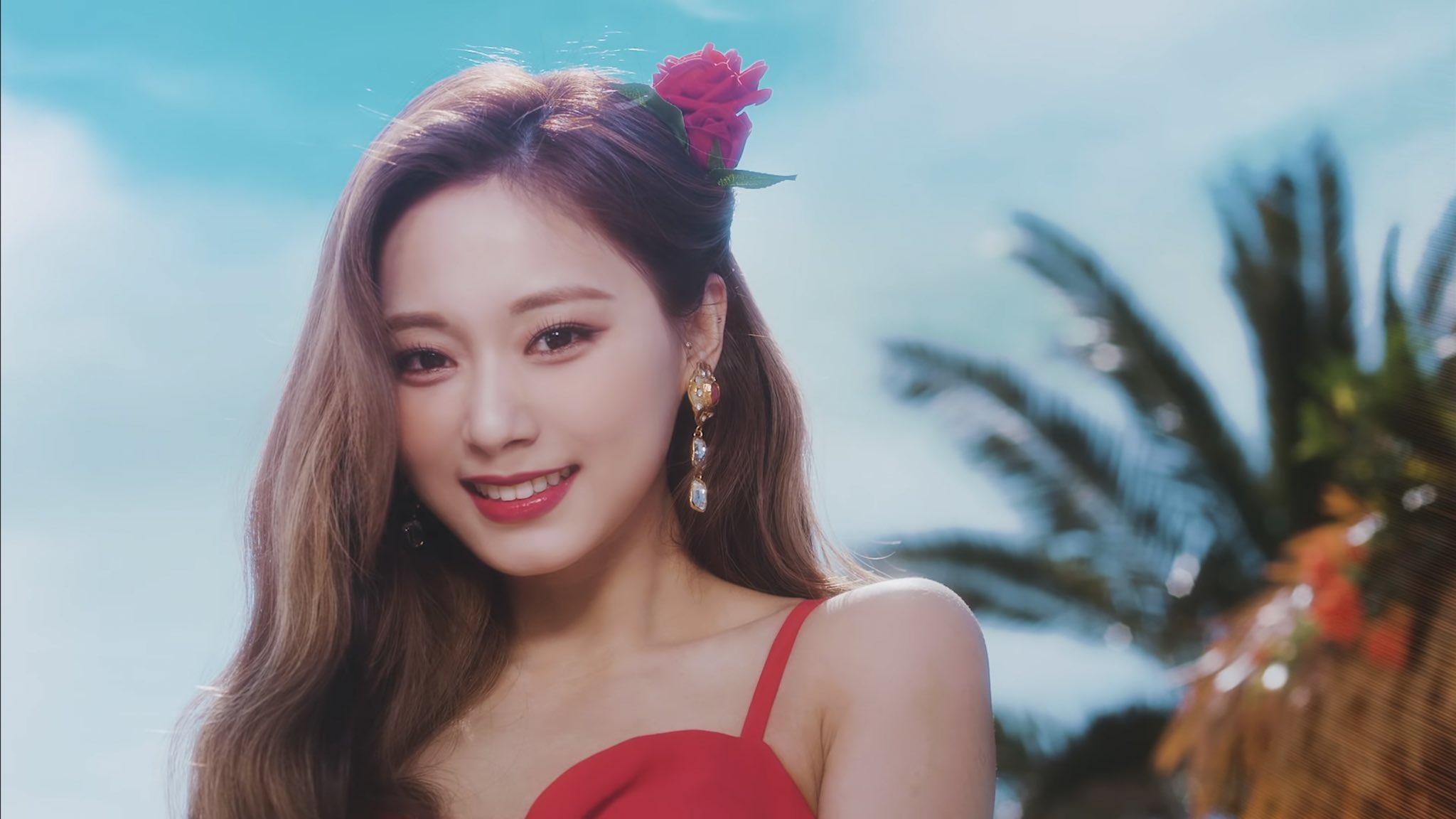 Trong MV Alcohol-free được Twice phát hành mới đây, Tzuyu bùng nổ với visual đỉnh cao. Để phù hợp với concept mùa hè rực rỡ, nữ idol diện váy đỏ, cài hoa đỏ, kết hợp cùng tông trang điểm tươi tắn, đôi môi đỏ đậm làm điểm nhấn.